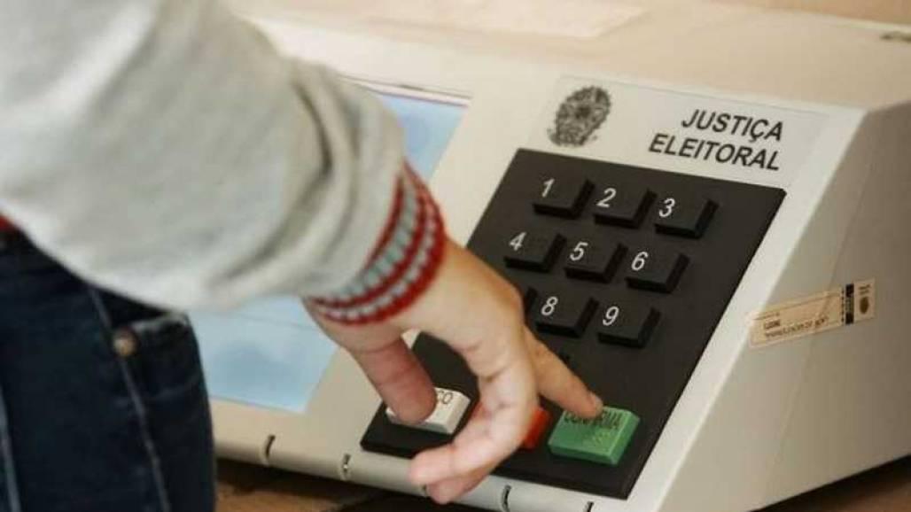 Eleitor na urna votação