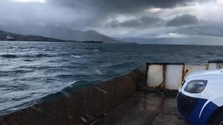 Mar agitado mar ressaca ondas ventos balsa parada - Regina Laranjeira Baumann 01