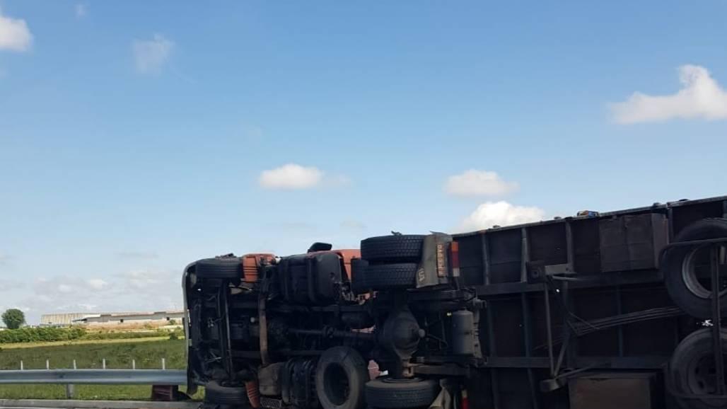 Tomba caminhão dutra SJC 02 (Divulgação / PRF)
