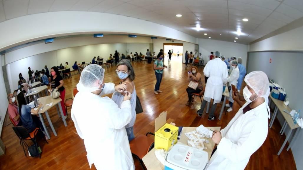 Vacinação educadores (Foto: Adenir Britto/PMSJC)