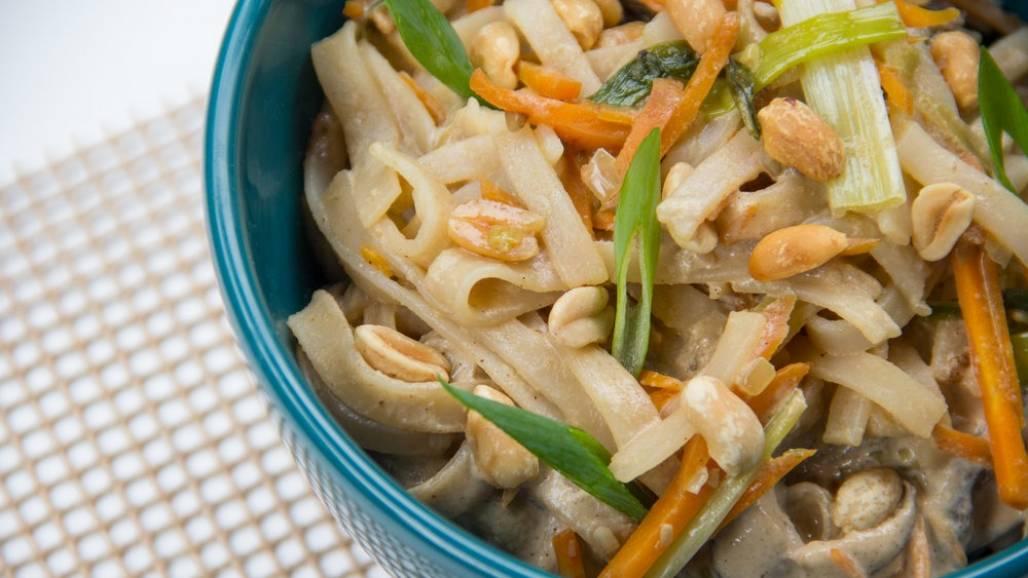 Bela Gil e um macarrão de arroz com vegetais e tahine