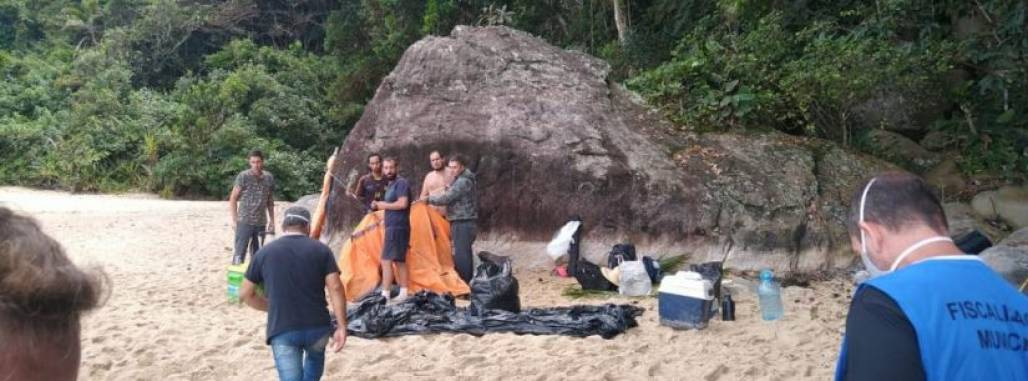Turistas acampando em Caraguá (Prefeitura de Caraguatatuba / Assessoria)