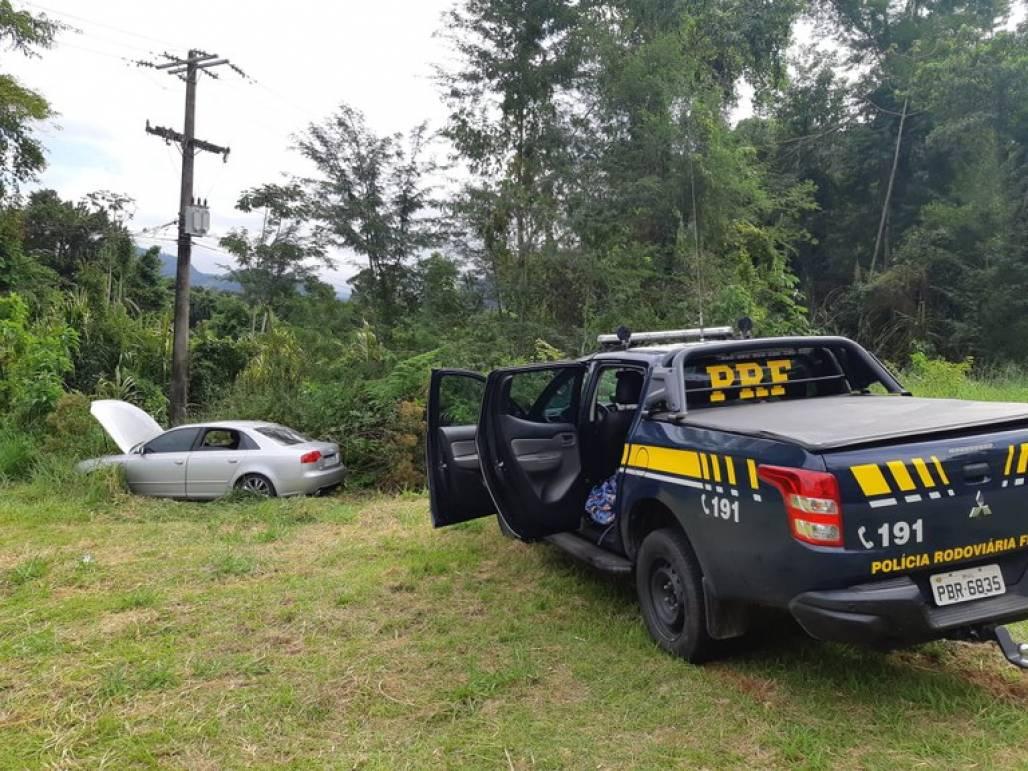 Homem é preso por corrupção de menores após furar bloqueio, bater o carro e tentar fugir a pé Ubatuba (Foto: Divulgação/PRF)