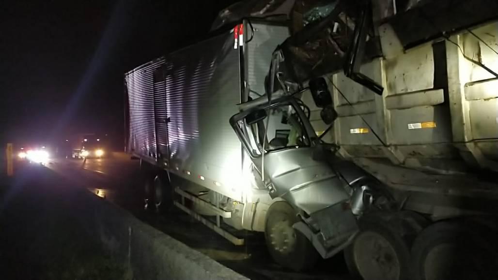 colisão caminhões  (Foto: Divulgação/PRF)