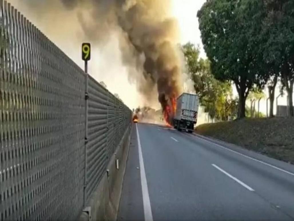 Caminhão pega fogo em Cachoeira Paulista (Divulgação/PRF)
