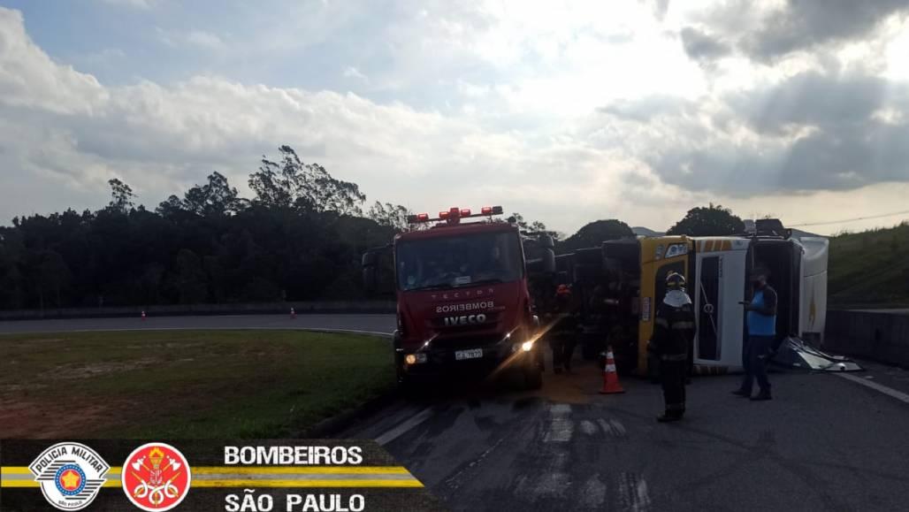 Caminhão tomba na rotatória 3 (Corpo de Bombeiros SP)