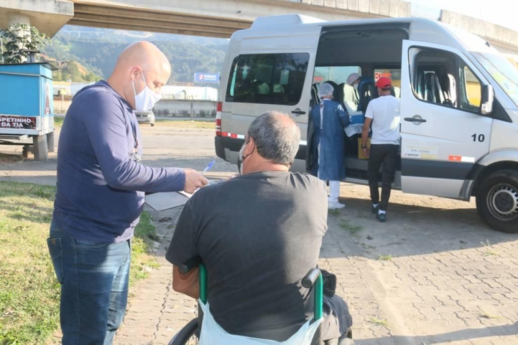 vacina em moradores de rua caraguá (Divulgação/PMC)