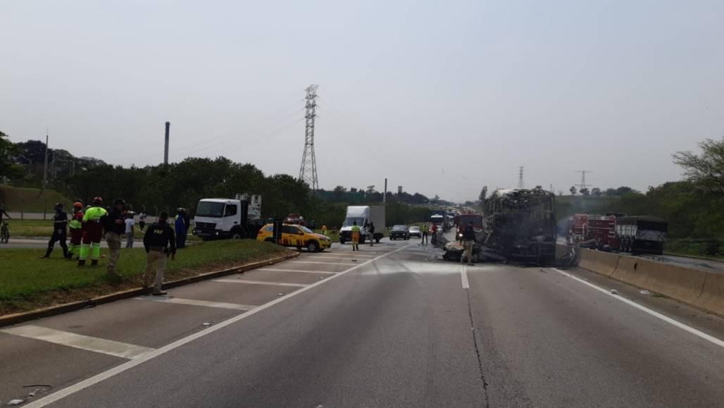 acidente dutra 14/9 (Divulgação/PRF)