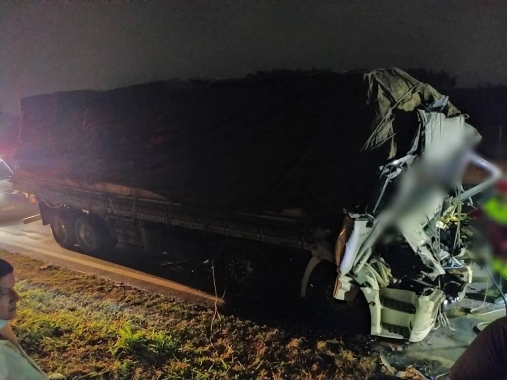 Acidente envolve caminhão carregado de madeira que colidiu em outro no Km 72 em Aparecida (Comunicação Social SP)