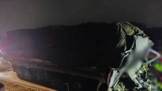 Acidente envolve caminhão carregado de madeira que colidiu em outro no Km 72 em Aparecida