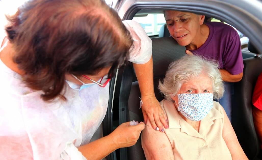 Jacareí antecipa segunda dose e abre drive-thru para aplicação de dose reforço em idosos (Divulgação/ Prefeitura de Jacareí)