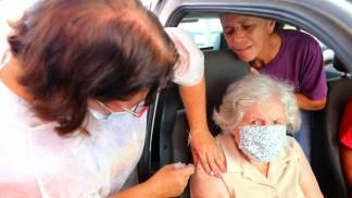 Jacareí antecipa segunda dose e abre drive-thru para aplicação de dose reforço em idosos