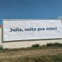 """""""Júlia, volta pra mim"""": outdoor chama atenção em Tremembé"""