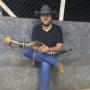 Cantor Zé Neto faz romaria a caminho de Aparecida