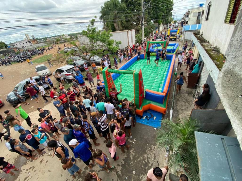 Futebol de sabão do alto (Willl Dias/Futura Press)